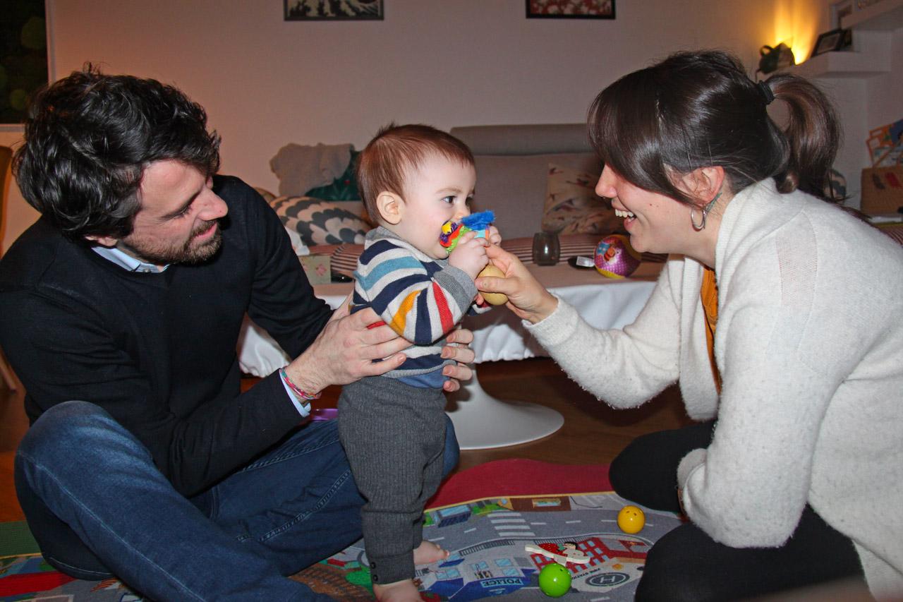 Padre, madre e figlio che giocano